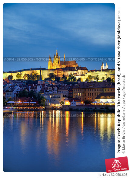 Prague Czech Republic. The castle (hrad), and Vltava river (Moldava) at sunset. Стоковое фото, фотограф Marco Brivio / age Fotostock / Фотобанк Лори
