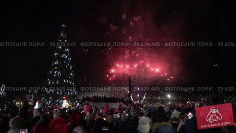 Купить «Праздничный фейерверк в честь Нового года», видеоролик № 29629445, снято 1 января 2019 г. (c) А. А. Пирагис / Фотобанк Лори