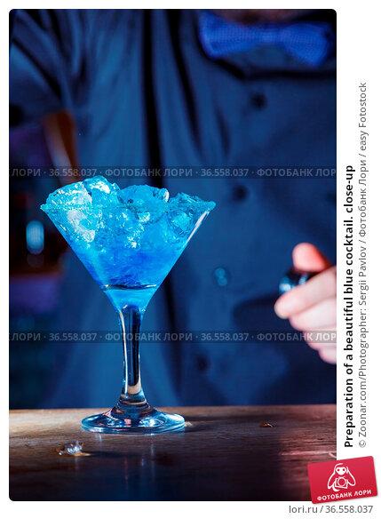 Preparation of a beautiful blue cocktail. close-up. Стоковое фото, фотограф Zoonar.com/Photographer: Sergii Pavlov / easy Fotostock / Фотобанк Лори