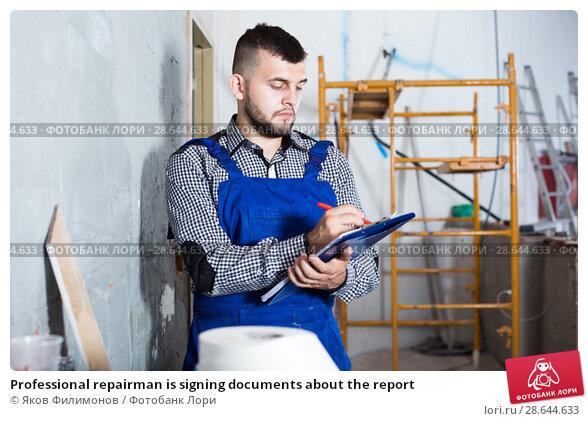 Купить «Professional repairman is signing documents about the report», фото № 28644633, снято 3 июня 2017 г. (c) Яков Филимонов / Фотобанк Лори