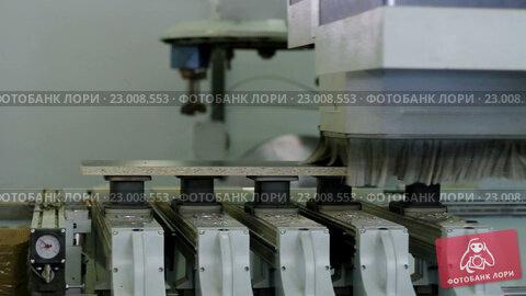 Производство мебели. роботизированная машина режет ламиниров.