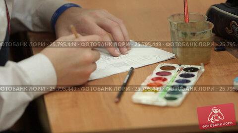 Pupil drawing and painting, видеоролик № 25795449, снято 17 марта 2016 г. (c) Алексей Макаров / Фотобанк Лори