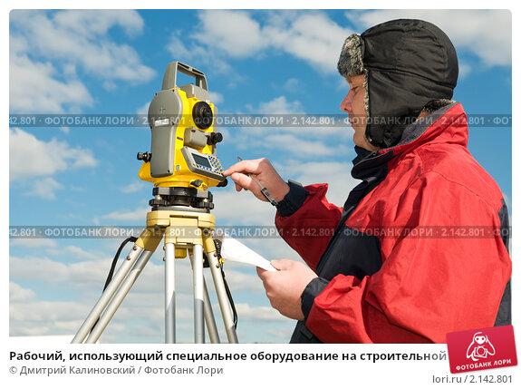Рабочий, использующий специальное оборудование на строительной площадке, фото № 2142801, снято 4 октября 2010 г. (c) Дмитрий Калиновский / Фотобанк Лори