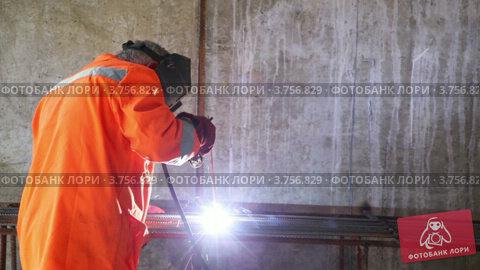 Купить «Рабочий варит металлические решетки», видеоролик № 3756829, снято 24 августа 2011 г. (c) Losevsky Pavel / Фотобанк Лори