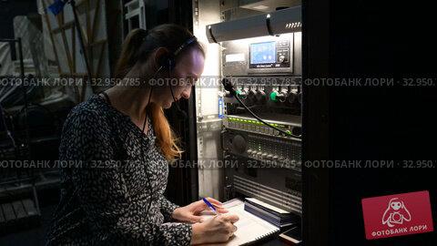 Работник сцены за пультом во время монтировочной репетиции в Молодежном театре на Фонтанке в Санкт-Петербурге. Редакционное видео, видеограф Stockphoto / Фотобанк Лори
