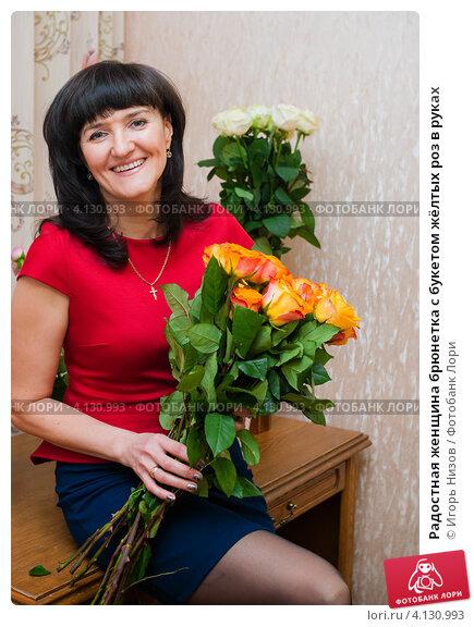 Женщина брюнетка с цветами 148