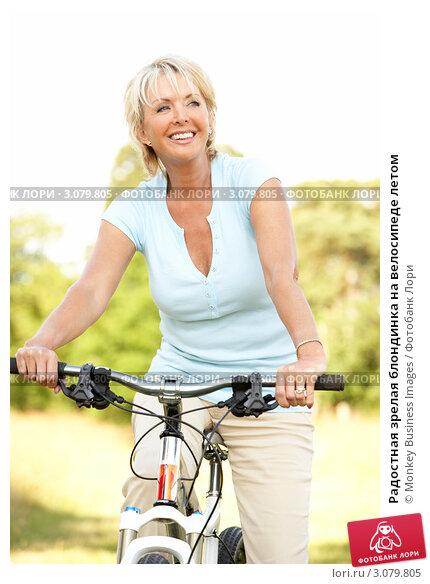 Радостная зрелая блондинка на велосипеде летом, фото № 3079805, снято 24 июня 2009 г. (c) Monkey Business Images / Фотобанк Лори