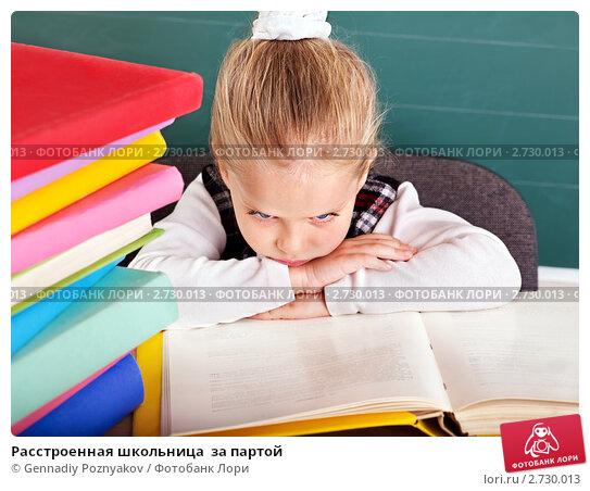 Купить «Расстроенная школьница  за партой», фото № 2730013, снято 6 августа 2011 г. (c) Gennadiy Poznyakov / Фотобанк Лори