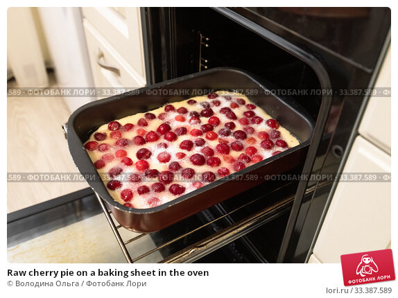 Купить «Raw cherry pie on a baking sheet in the oven», фото № 33387589, снято 11 марта 2020 г. (c) Володина Ольга / Фотобанк Лори
