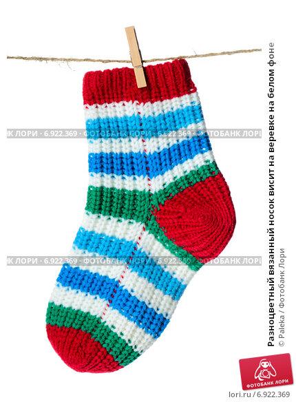 Купить «Разноцветный вязанный носок висит на веревке на белом фоне», фото № 6922369, снято 3 декабря 2014 г. (c) Paleka / Фотобанк Лори