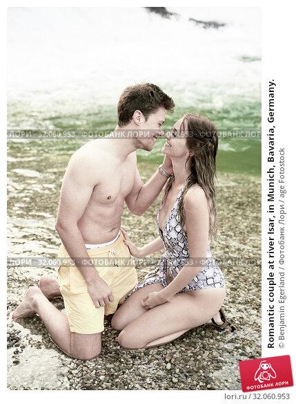 Romantic couple at river Isar, in Munich, Bavaria, Germany. Стоковое фото, фотограф Benjamin Egerland / age Fotostock / Фотобанк Лори