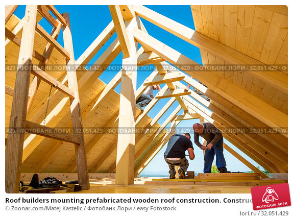 Roof builders mounting prefabricated wooden roof construction. Construction industry concept. Стоковое фото, фотограф Zoonar.com/Matej Kastelic / easy Fotostock / Фотобанк Лори