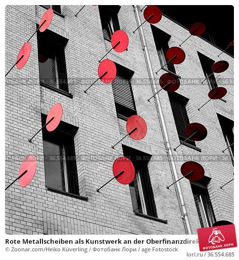 Rote Metallscheiben als Kunstwerk an der Oberfinanzdirektion in Magdeburg. Стоковое фото, фотограф Zoonar.com/Heiko Küverling / age Fotostock / Фотобанк Лори