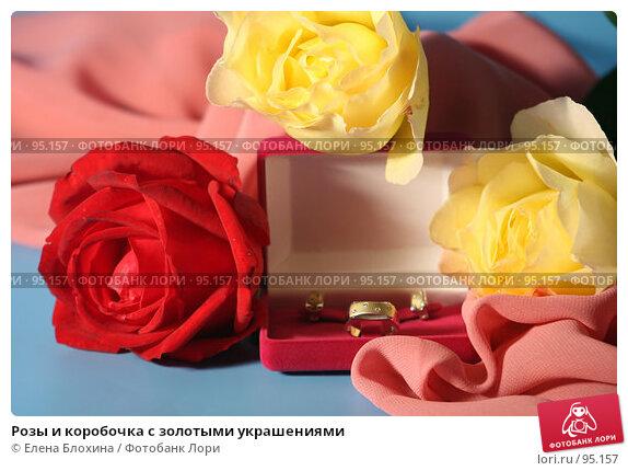 Розы и коробочка с золотыми украшениями, фото № 95157, снято 26 сентября 2007 г. (c) Елена Блохина / Фотобанк Лори