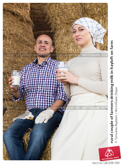Купить «rural couple of farmers drinking milk in hayloft on farm», фото № 28539193, снято 25 июня 2018 г. (c) Татьяна Яцевич / Фотобанк Лори