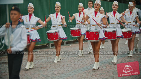 RUSSIA, KAZAN 09-08-2019: A wind instrument military parade - women with bright make up in small skirts playing red drums - Nizhny Novgorod ensemble of majorettes and drummers. Редакционное видео, видеограф Константин Шишкин / Фотобанк Лори
