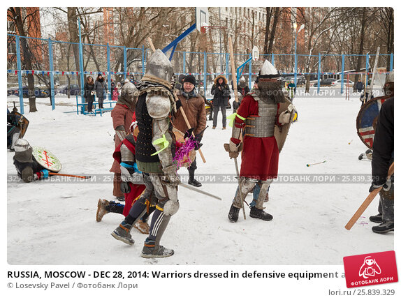 Купить «RUSSIA, MOSCOW - DEC 28, 2014: Warriors dressed in defensive equipment and spectators during historic reenactment battle on Military History maneuvers on Taganka», фото № 25839329, снято 28 декабря 2014 г. (c) Losevsky Pavel / Фотобанк Лори