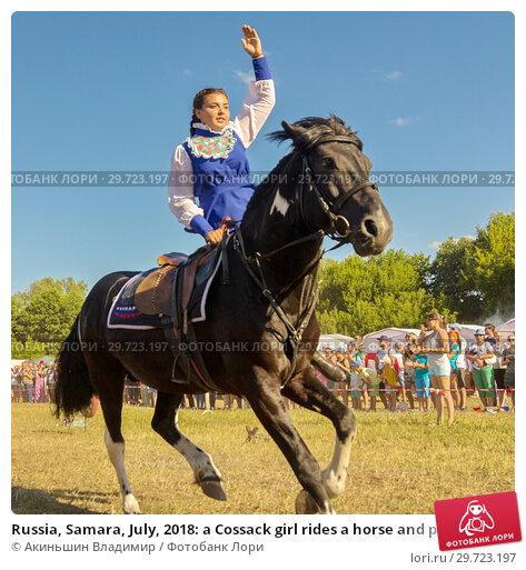 Купить «Russia, Samara, July, 2018: a Cossack girl rides a horse and performs tricks.», фото № 29723197, снято 29 июля 2018 г. (c) Акиньшин Владимир / Фотобанк Лори