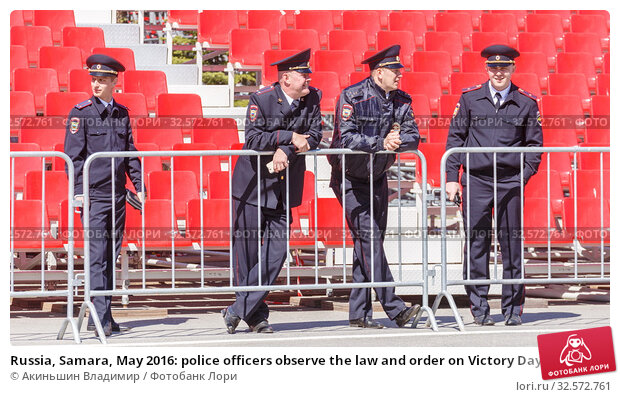 Russia, Samara, May 2016: police officers observe the law and order on Victory Day at the rehearsal of the parade on Kuybyshev Square on a spring sunny day. (2017 год). Редакционное фото, фотограф Акиньшин Владимир / Фотобанк Лори
