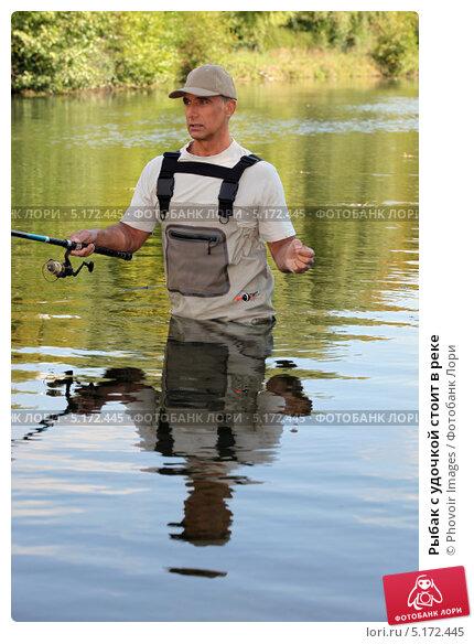 на реке удил рыбак