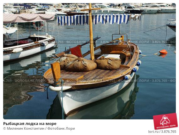 лодка рыбачья в море