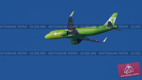Купить «S7 Airbus A320 approaching», видеоролик № 33555905, снято 29 марта 2020 г. (c) Игорь Жоров / Фотобанк Лори