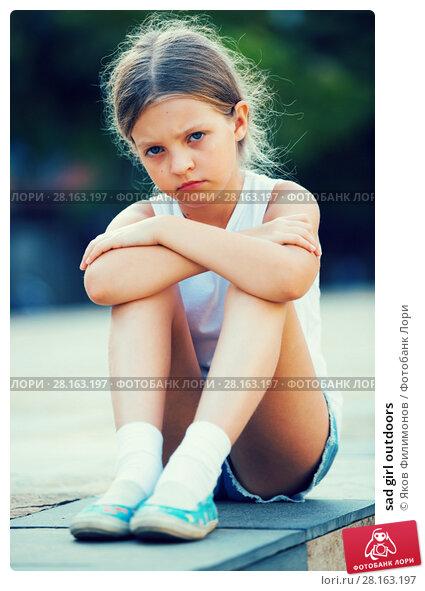 Купить «sad girl outdoors», фото № 28163197, снято 14 ноября 2018 г. (c) Яков Филимонов / Фотобанк Лори
