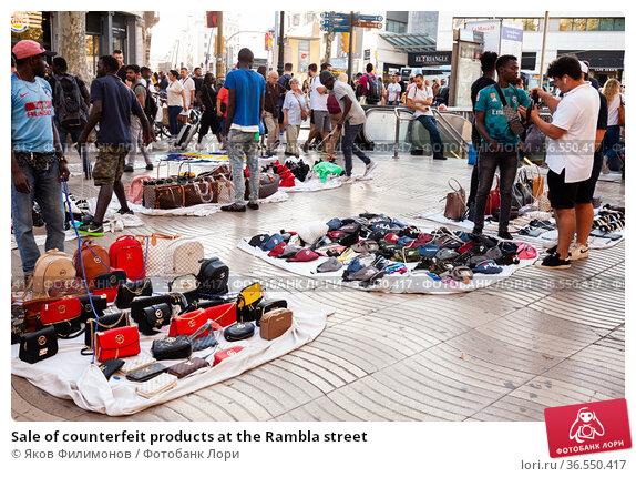 Sale of counterfeit products at the Rambla street (2019 год). Редакционное фото, фотограф Яков Филимонов / Фотобанк Лори