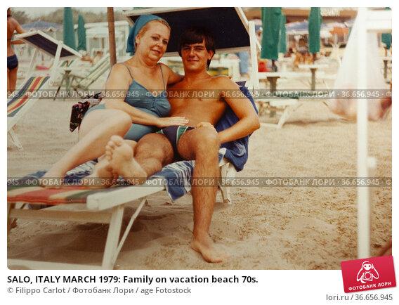 SALO, ITALY MARCH 1979: Family on vacation beach 70s. Редакционное фото, фотограф Filippo Carlot / age Fotostock / Фотобанк Лори