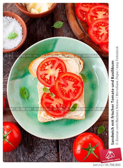 Sandwich mit frischer Tomate und Basilikum. Стоковое фото, фотограф Zoonar.com/Barbara Neveu / easy Fotostock / Фотобанк Лори