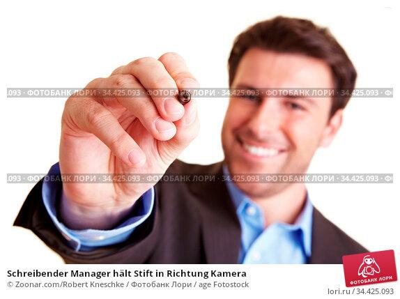 Schreibender Manager hält Stift in Richtung Kamera. Стоковое фото, фотограф Zoonar.com/Robert Kneschke / age Fotostock / Фотобанк Лори