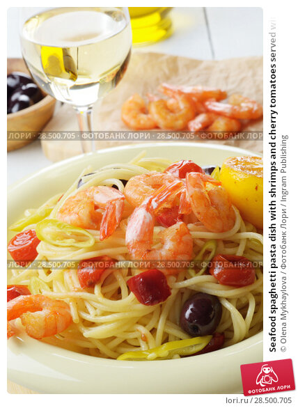 Купить «Seafood spaghetti pasta dish with shrimps and cherry tomatoes served with white wine», фото № 28500705, снято 25 апреля 2019 г. (c) Ingram Publishing / Фотобанк Лори