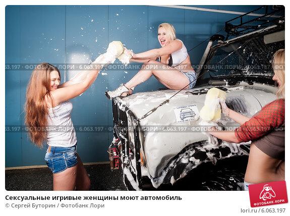 Шикарное видно девушки моют машины