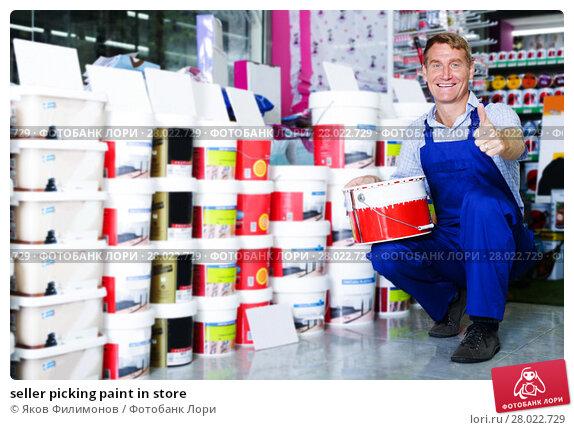 Купить «seller picking paint in store», фото № 28022729, снято 24 августа 2019 г. (c) Яков Филимонов / Фотобанк Лори