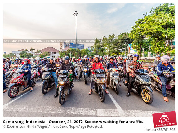 Semarang, Indonesia - October, 31, 2017: Scooters waiting for a traffic... Стоковое фото, фотограф Zoonar.com/Hilda Weges / age Fotostock / Фотобанк Лори