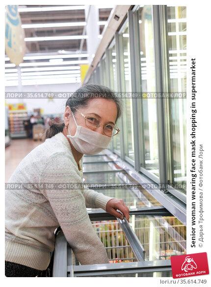 Senior woman wearing face mask shopping in supermarket. Стоковое фото, фотограф Дарья Филимонова / Фотобанк Лори