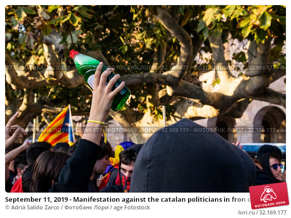 Купить «September 11, 2019 - Manifestation against the catalan politicians in fron of the Catalonia Parliament in Barcelona.», фото № 32169177, снято 11 сентября 2019 г. (c) age Fotostock / Фотобанк Лори