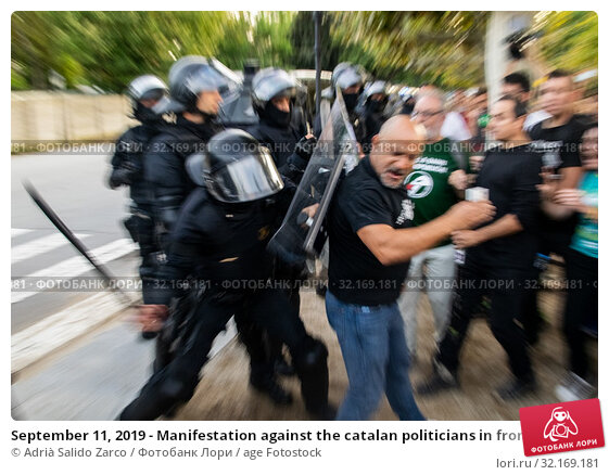 Купить «September 11, 2019 - Manifestation against the catalan politicians in fron of the Catalonia Parliament in Barcelona.», фото № 32169181, снято 11 сентября 2019 г. (c) age Fotostock / Фотобанк Лори