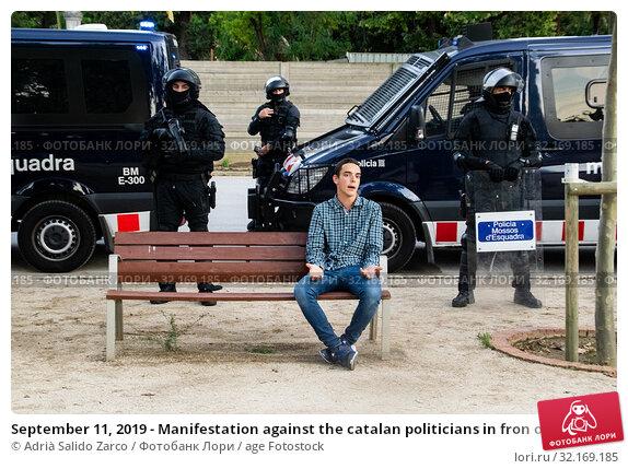 Купить «September 11, 2019 - Manifestation against the catalan politicians in fron of the Catalonia Parliament in Barcelona.», фото № 32169185, снято 11 сентября 2019 г. (c) age Fotostock / Фотобанк Лори