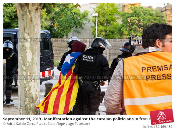 Купить «September 11, 2019 - Manifestation against the catalan politicians in fron of the Catalonia Parliament in Barcelona.», фото № 32169189, снято 11 сентября 2019 г. (c) age Fotostock / Фотобанк Лори