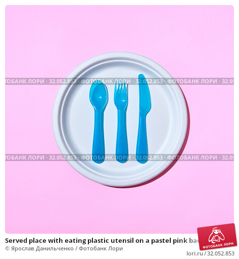 Served place with eating plastic utensil on a pastel pink background. Стоковое фото, фотограф Ярослав Данильченко / Фотобанк Лори