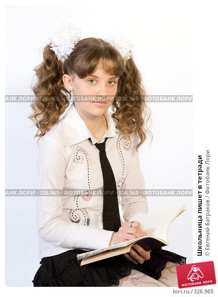 Школьница пишет в тетради, фото № 326965, снято 23 марта 2008 г. (c) Евгений Батраков / Фотобанк Лори