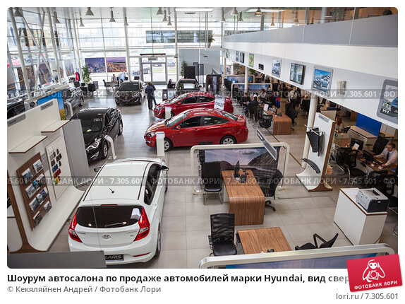 Купить «Шоурум автосалона по продаже автомобилей марки Hyundai, вид сверху», фото № 7305601, снято 22 апреля 2015 г. (c) Кекяляйнен Андрей / Фотобанк Лори