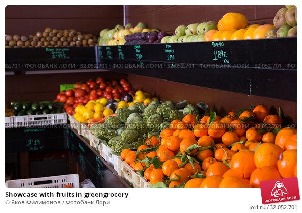 Showcase with fruits in greengrocery. Стоковое фото, фотограф Яков Филимонов / Фотобанк Лори