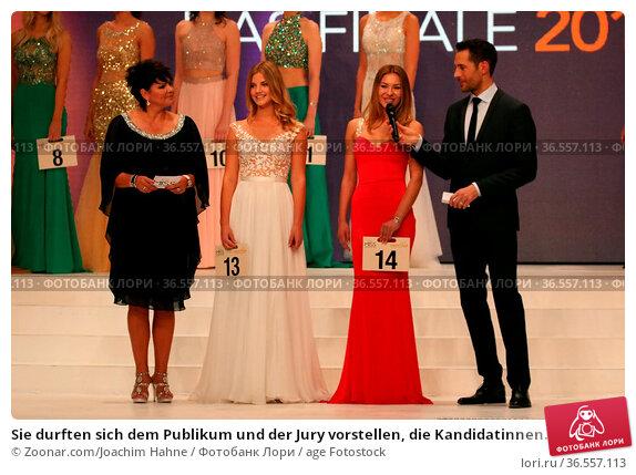 Sie durften sich dem Publikum und der Jury vorstellen, die Kandidatinnen... Стоковое фото, фотограф Zoonar.com/Joachim Hahne / age Fotostock / Фотобанк Лори