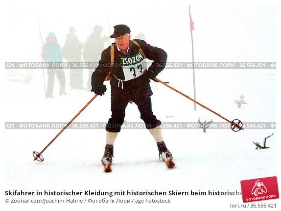 Skifahrer in historischer Kleidung mit historischen Skiern beim historischen... Стоковое фото, фотограф Zoonar.com/Joachim Hahne / age Fotostock / Фотобанк Лори
