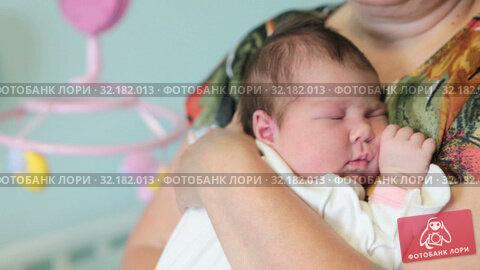Купить «Sleeping baby in hugs of mother, close up portrait of newborn sleeping infant in mom hands», видеоролик № 32182013, снято 2 сентября 2019 г. (c) Кекяляйнен Андрей / Фотобанк Лори