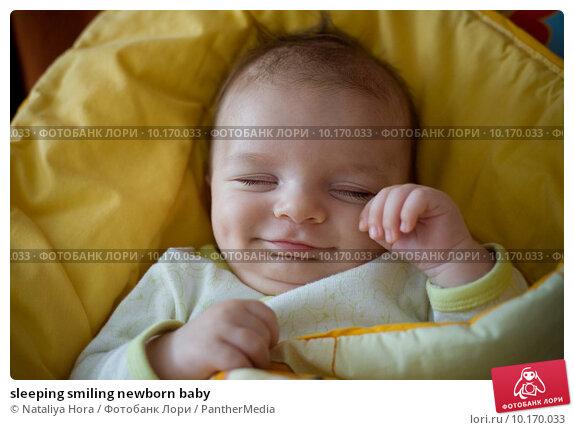 Улыбающийся новорожденный фото