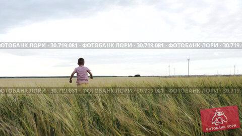 Slow Motion Happy Little Boy Runs Away Across A Wheat Field. Стоковое видео, видеограф Pavel Biryukov / Фотобанк Лори