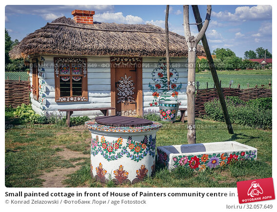 Small painted cottage in front of House of Painters community centre in Zalipie village in Poland, known for its local tradition of floral paintings. Стоковое фото, фотограф Konrad Zelazowski / age Fotostock / Фотобанк Лори